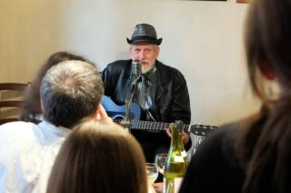 "Foto, video: V Blues Café zahrál nositel ceny ""Grammy"" David Evans"